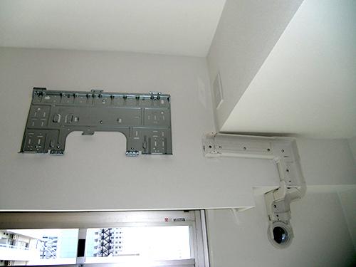 室内機背板設置の様子