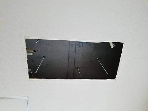 室内機撤去後の天井の様子