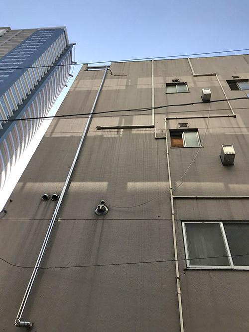 ビル外壁の既存配管