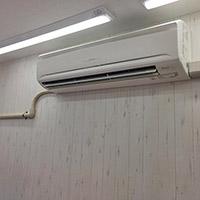東京都世田谷区のコインランドリーにてダイキン製壁掛形エアコンの新規取付工事【業務用エアコン】