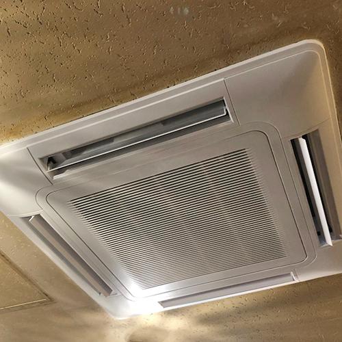東京都新宿区の店舗にて日立製天井埋込形4方向吹出しエアコンの入替え工事【業務エアコン】
