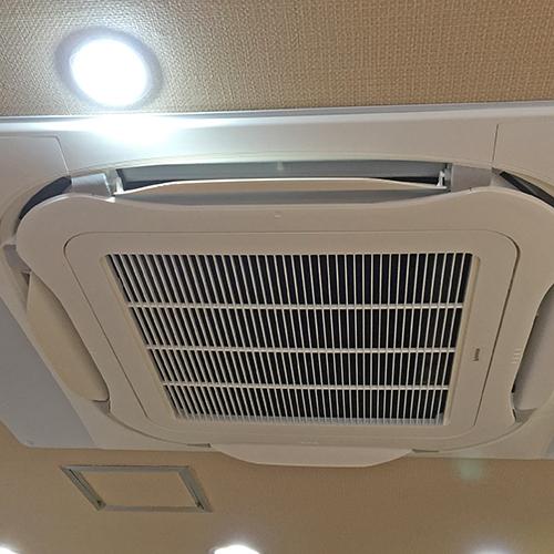 東京都豊島区の店舗にてダイキン製天井埋込形4方向エアコンの入替え工事【業務用エアコン】